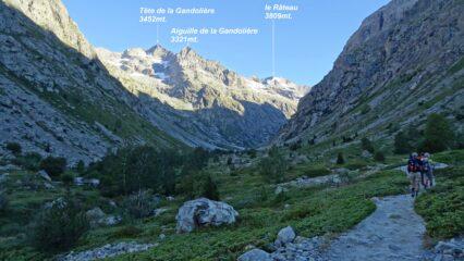 Saliti il primo ripido tratto arriviamo nel quasi pianeggiante Vallon des Etacons ancora in ombra.
