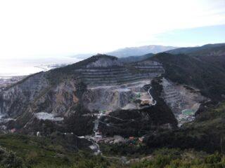 il Monte Gazzo rovinato dalle cave