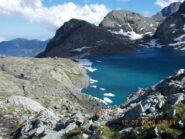 A destra il Monte Lera, a sinistra il bivacco San Camillo, nei pressi della diga.