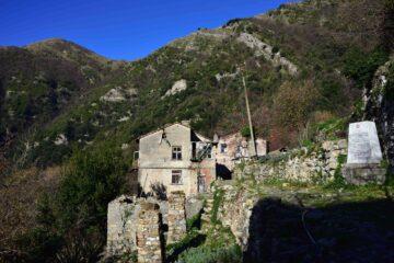 Canate e il monte Alpesisa. A destra la lapide dei Partigiani