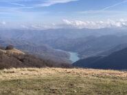 Vista sul lago del Brugneto dalla cima del monte Antola