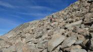risalendo la prima parte della scarpata rocciosa che conduce alla Fuorcla da Tschierva