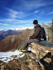 Giulio in cima, con sguardo verso valle centrale e catena del Rosa.