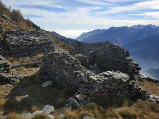 Ruderi di antico alpeggio sulla cresta.
