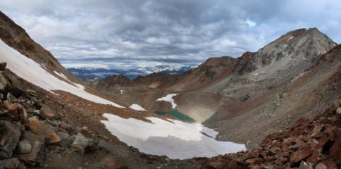 La vista spazia lonatana dal Colle d'Arbolle (3157 m), sul versante Arbolle. Sulla destra l'Emilius e il Colle dei Cappuccini.