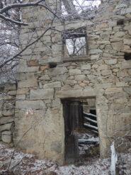 Una delle vecchie case che si incontrano sul percorso