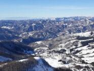 Panorama dal Maggiorasca verso est. Sullo sfondo le Alpi Liguri e Marittime, a destra il Monviso