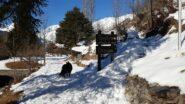 """A Fenetre, all'imbocco del sentiero per Charvaz. Naturalmente """"Attenti al cane"""" …"""