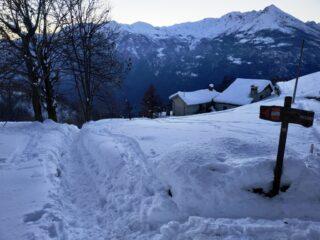 Alpe Surro e traccia trincea per salire a quota 1200 dove si calzano le ciaspole.