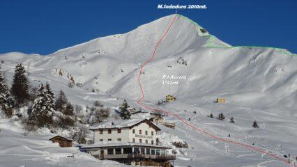 Panorama dal Rif.Casari sul versante ovest del M.Sodadura. In verde la salita sulla cresta SO. In rosso la discesa a goccia del versante Ovest.