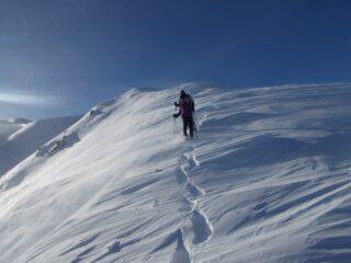in discesa sulla cresta su neve ventata