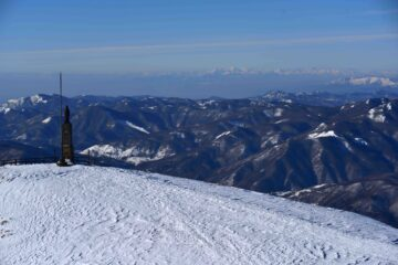 La vetta tradizionale e le Alpi Liguri dal Maggiorasca