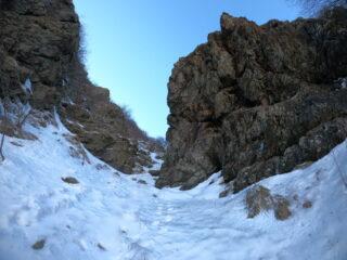 A metà circa, presso la grande roccia di destra