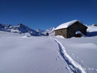 La baita isolata ai bordi del pianoro dell'alpe del Conte (foto A. Valfrè).