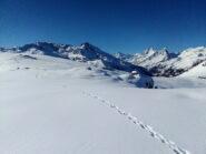 Lo spettacolare pianoro dell'alpe (le grange si vedono al centro).