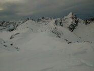 La vetta (tutta innevata a sx) vista da quella scialpinistica
