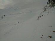 Foto dal colletto 2500 circa: a sx in alto la cima scialpinistica (traccia di salita a sx, mia discesa a dx)