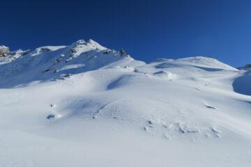 si intravede una vecchia traccia sotto la neve fresca