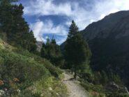 Il sentiero a mezza costa che si addentra nel vallone, dopo Gimillan