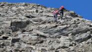 salendo la cresta detritica e di facili roccette che porta in cima