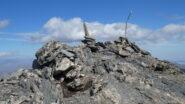 la vetta della Punta Ciatagnera, indicata da un semplice ometto di pietre e un paletto in legno
