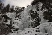 La cascata è quella più a destra in foto. L'attacco e la prima sezione, la più ripida, non sono visibili.