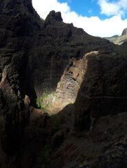 Qui si può notare il pulpito con caverna, sotto cui scorre il canale scavato nella roccia.