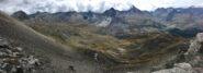 Dal colle, vista sul sottostante vallone dell'Urtier, con il sentiero che lo raggiunge.  Sullo sfondo la cresta che separa con la valle di Campiglia, con le Basse di Peradza, le Valli di Acque Rosse e Bardoney. Si intravedono i Laghi Miserino