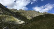 La Costiera di Lesiney. Spiccano la Punta Grand e la curiosa sella del colle degli Orti o Burra dei Lè