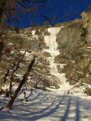 Alla base della cascata, sole!