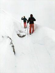 tunnel di neve sulla strada che da accesso alla cima