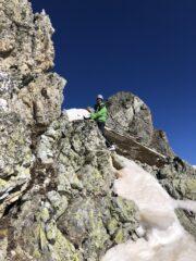 Teo in superamento del tratto di roccia per la cresta finale