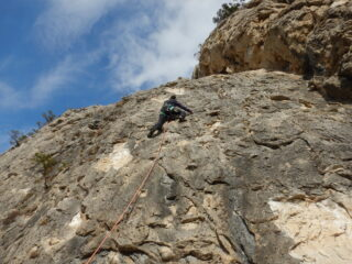 Tiri facili settore sinistro della falesia roccia molto lavorata.