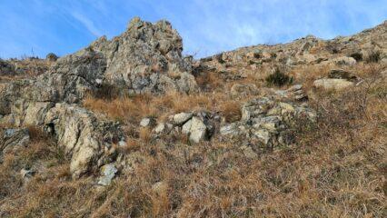 roccette affioranti lungo il sentiero