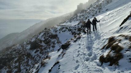 Ornella e Daniela impegnate nel traverso di quota 1000 m che porta verso la lapide di San Gioachino ed il Faiallo