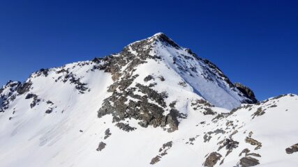 Dall'anticima si vede il deposito sci sulla destra della foto e il profilo dello spallone del Tambò