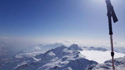 Dalla vetta vediamo il mare di nubi svizzere arginato dalla catena del Ferrè