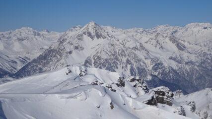 La cima sci-alpinistica quota 2.908 m della Dormillouse con il Monte Chaberton alle spalle