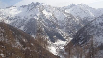 Uno sguardo vero valle, con Carcoforo incastonata tra le montagne