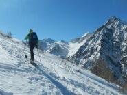 sullo sfondo, a sinistra, i pendii di salita al Col Clapis e al Monte Appenna