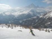 discesa su bella neve e di fronte al Monviso