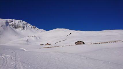 I dossi da risalire, quasi privi di neve.