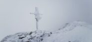 la croce di vetta sembra una vera e propria scultura di ghiaccio!