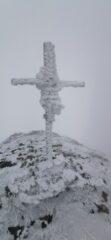 dettaglio della croce di vetta ghiacciatissima!