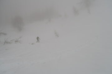 il socio in salita nella nebbia