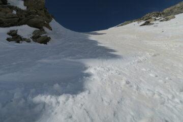 nel canale neve ammorbidita dal sole a destra e fredda farinosa a sinistra