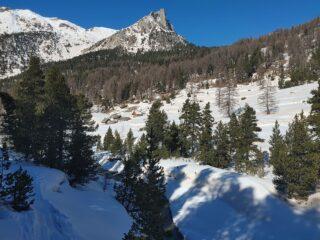 traccia a fondo valle (vallon de l'Opon), si vedono gli chalet des Acles