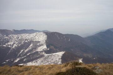 Vista dal Monte Rognoso, al centro dall'alto, seguendo lo spartiacque definito dalla neve: Monte Arpone, Colle del Lys, Monte Pelà