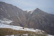 A destra Monte Rognoso, a sinistra cresta verso Punta della Croce: i versanti sud sono completamente privi di neve