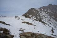 Brevi tratti ancora innevati lungo la cresta, a quota 1733 m